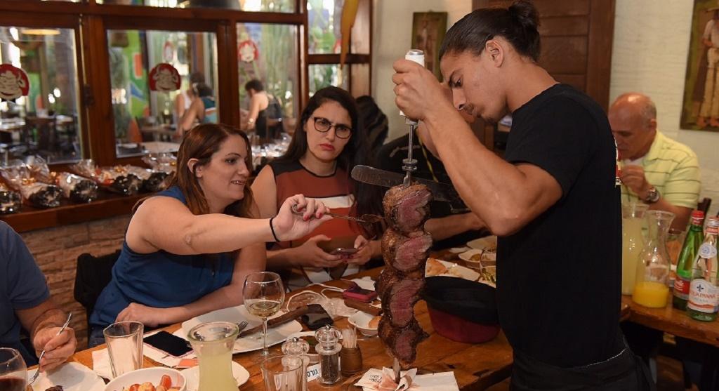פסאדורו מתמודד עם נתח בשר במסעדת קאזה דו ברזיל (צילום: חיים דוד)